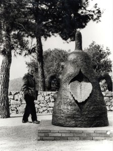 52. Miro dans le Labyrinthe à la Fondation Maeght regarda52. Miró dans le Labyrinthe de la Fondation Maeght regardant sa sculpture la Déesse en 1963 ; photo Gilbert  Giribaldi © Archives Fondation Maeght ; Successió Miró,  Adagp Paris 2009