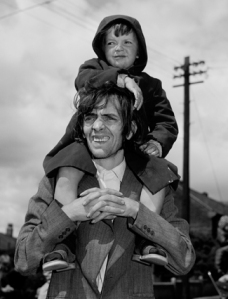 Father & son, Westend of Newcastle, Tyneside 1980 Chris Killip (Douglas, 1946) Photographie noir et blanc 129,5 x 101,5 cm © Chris Killip