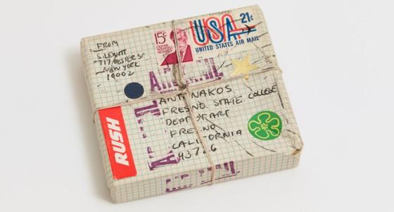 Stephen Antonakos, Package Project 1971, prêt de l'artiste, Courtesy Konrad Fischer Galerie, Berlin / Dusseldorf. Photo Jeffrey Sturges, New York © 1971 Stephen Antonakos