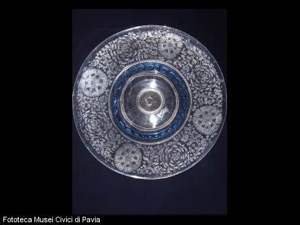 Soucoupe à fleurs gravée à la pointe de diamantXVIIIe siècle H 9,0 cm ; D 33,0 cm Pavie, Musei Civici di Pavia - Castello Visconteo ©Musei Civici di Pavia