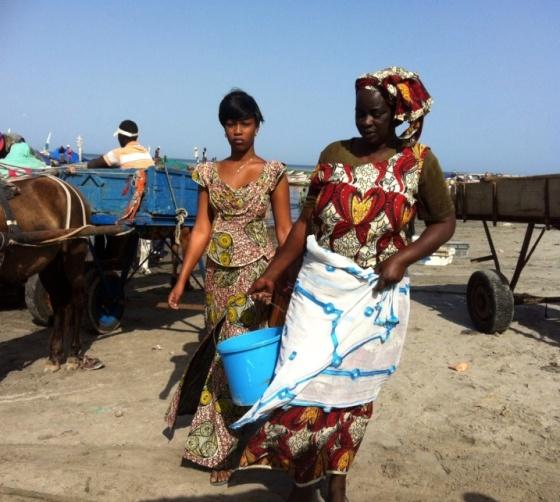Femmes au port de Joal