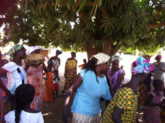 Femmes Serer qui dansent pour fêter les visiteurs