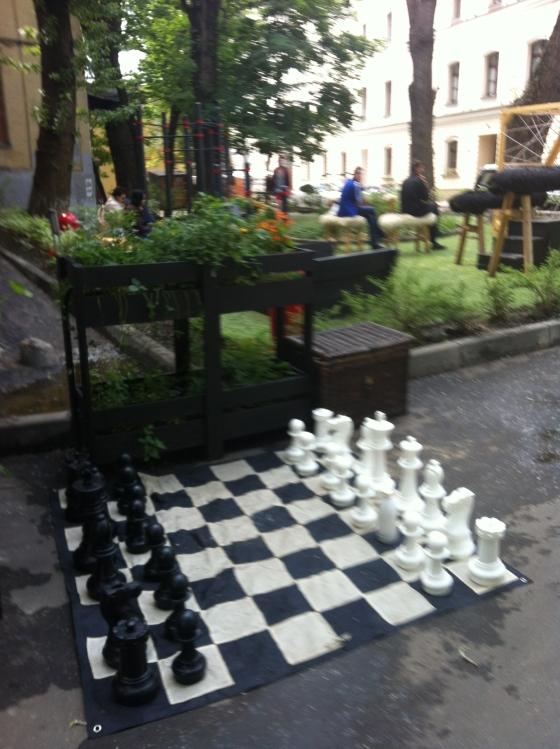 Jeu d'échecs russes à la sortie d'un café