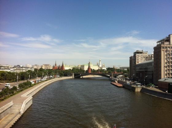 Vue de la Moscowa sur la passerelle qui mène à la Cathédrale Saint-Sauveur