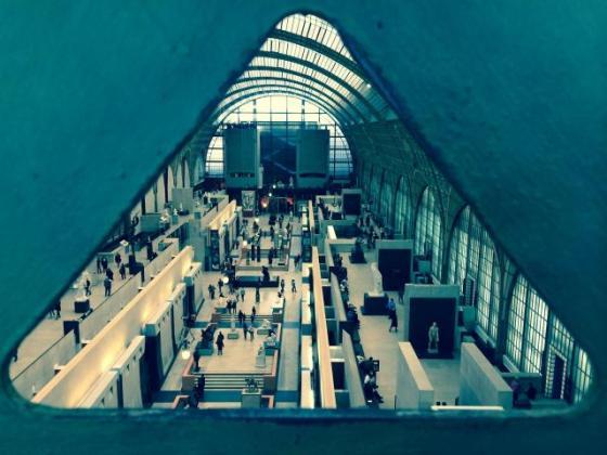 Vue de la nef du Musée d'Orsay à travers la structure métallique vers la galerie impressionniste